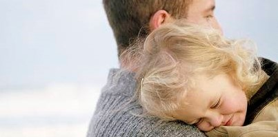 42709193-little-girl-being-carried-on-the-beach-by-her-father-she-has-her-head-on-his-shoulder-